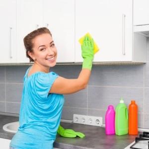 Femme de ménage d'une entreprise de nettoyage