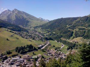 Le village de La Clusaz et la nouvelle gare de départ du Crêt du Merle en construction